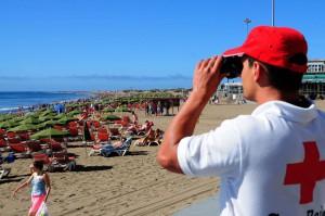 Rode kruis en Politie houden toezicht op het strand van Playa del Ingles