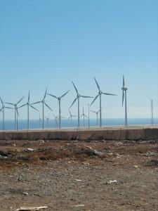 Vecindario en het windturbine park