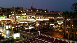Yumbo winkelcentrum bij nacht in Playa del Ingles