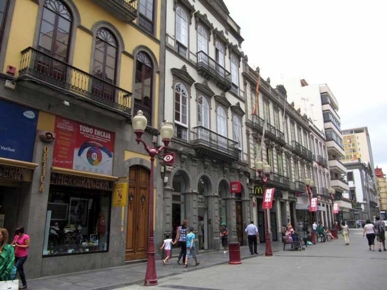 Einkaufen zwischen bunten Häusern in der Calle Triana in Las Palmas