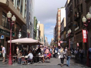 Compras y una terraza en la calle Triana, en Las Palmas
