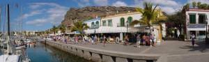 Puerto de Mogan met jachthaven en winkels