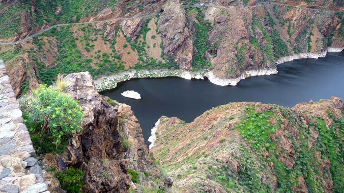 Reservoir in the interior of Gran Canaria. Photo John and Heidi vd Pol